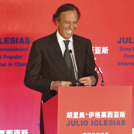 Julio Iglesias termina su gira asiática con un inolvidable concierto en Pekín