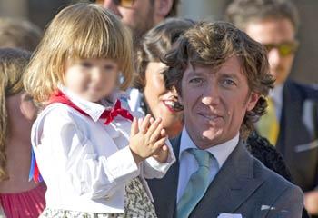 Nicolás Vallejo-Nágera, con su hijo Nico en la boda de su hermana Mafalda