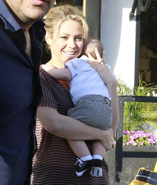 Shakira, de paseo con Milan por Beverly Hills