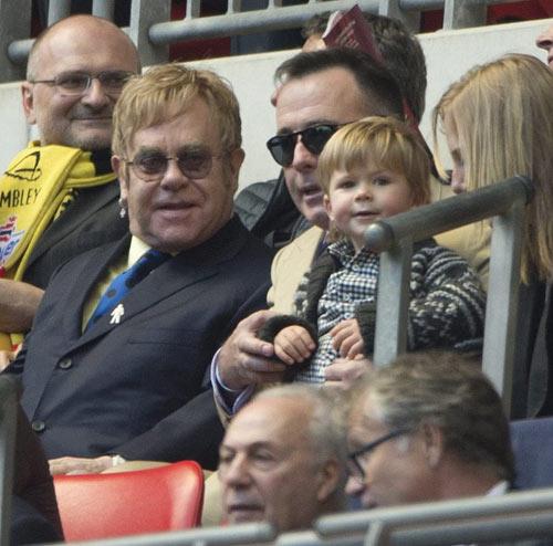 Zachary, el hijo de Elton John, como loco en su primer partido de fútbol
