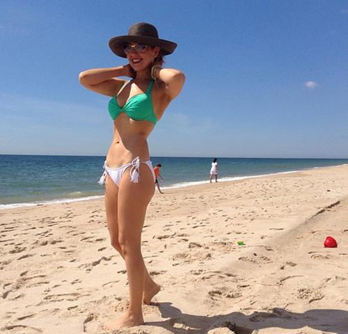 El accidentado día de playa de Thalía