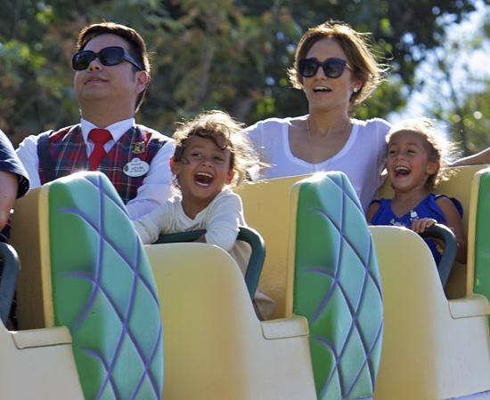 Jennifer López, en chándal pero sin perder el glamour, disfruta de un divertido día en Disneyland junto a sus hijos