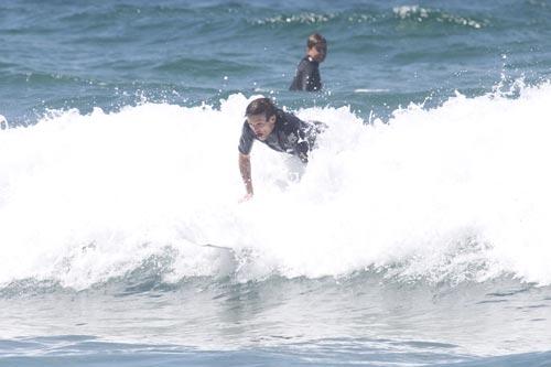 Liam Payne y Louis Tomlinson, de One Direction, cabalgan sobre las olas de Australia