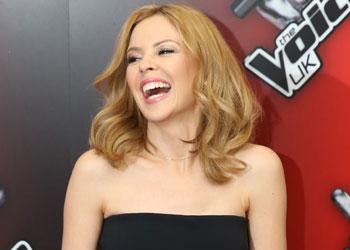 Kylie Minogue muestra su mejor sonrisa, cuando se confirma la relación de Andrés Velencoso y Úrsula Corberó