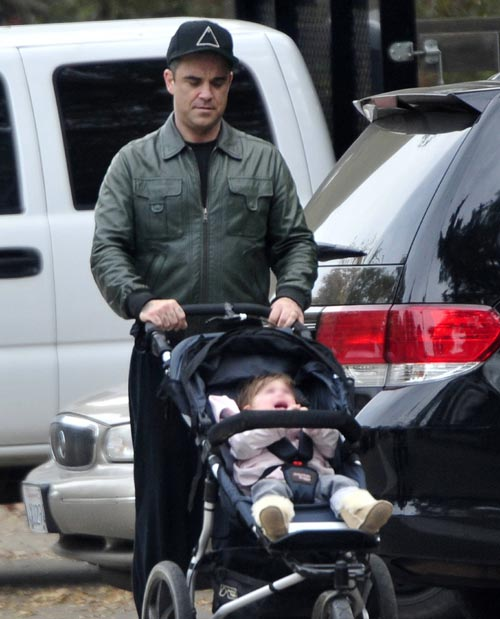 Robbie Williams muestra su faceta más paternal con su pequeña Teddy
