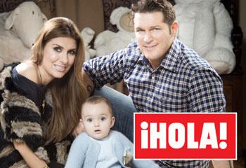 Exclusiva en ¡HOLA!, Manu Tenorio y Silvia Casas posan con su hijo Pedro