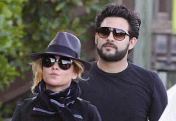 Paulina Rubio se relaja con Gerardo Bazúa, mientras prepara su nuevo single