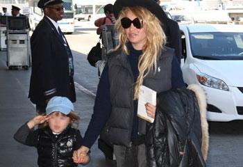 Paulina Rubio, inseparable de su hijo mientras sus fans esperan impacientes su nuevo disco