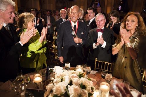 Julio Iglesias pisa 25 años después el Carnegie Hall para homenajear a su buen amigo, Óscar de la Renta