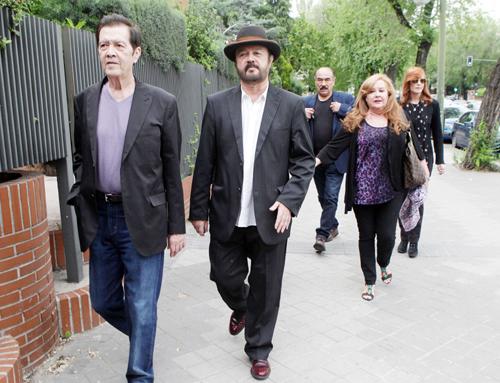 Carmen y Antonio Morales, arropados por familia y amigos en el funeral por su padre