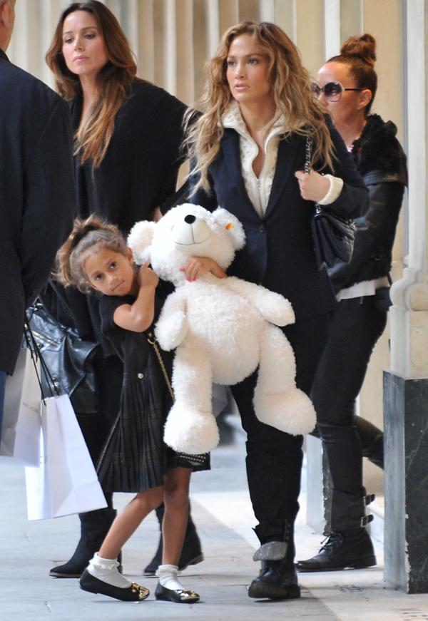 Jennifer López con sus hijos en París ¡Un selfie, mamá!