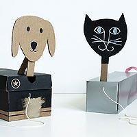 Вот так оригинально можно применить ненужные коробки от обуви.  Привяжите их на веревочку, из картона вырежьте...