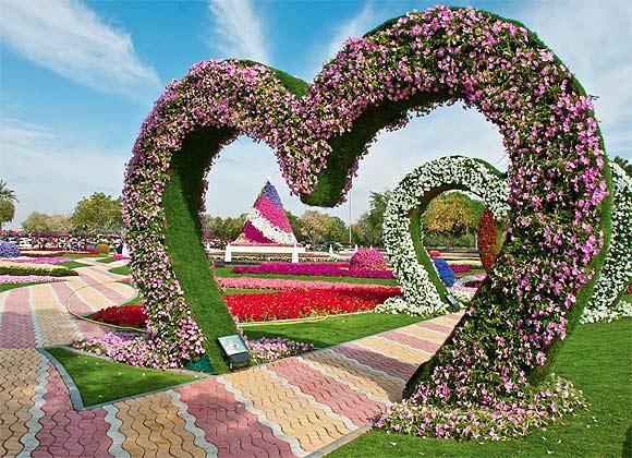 los jardines colgantes de al ain paradaise abu dhabi emiratos rabes unidos poseen el rcord guiness con sus casi cestos de flores extendidos a lo
