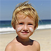 El imprescindible uso del protector solar en los niños