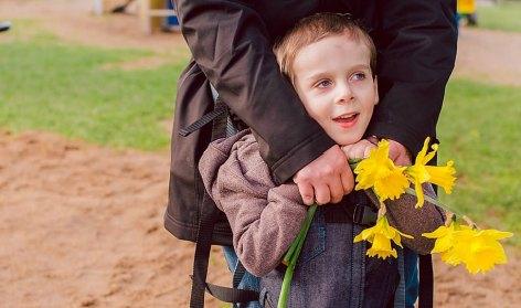 Una mamá inventa un arnés que permite ponerse de pie a niños con discapacidades motoras