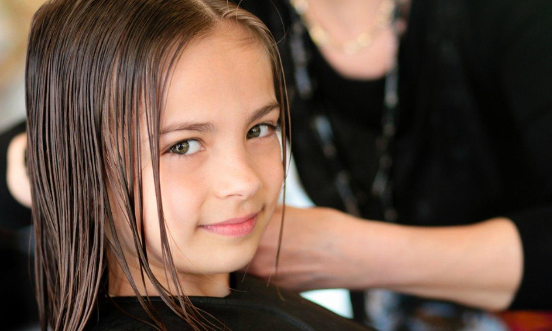 una niña con muchos piojos
