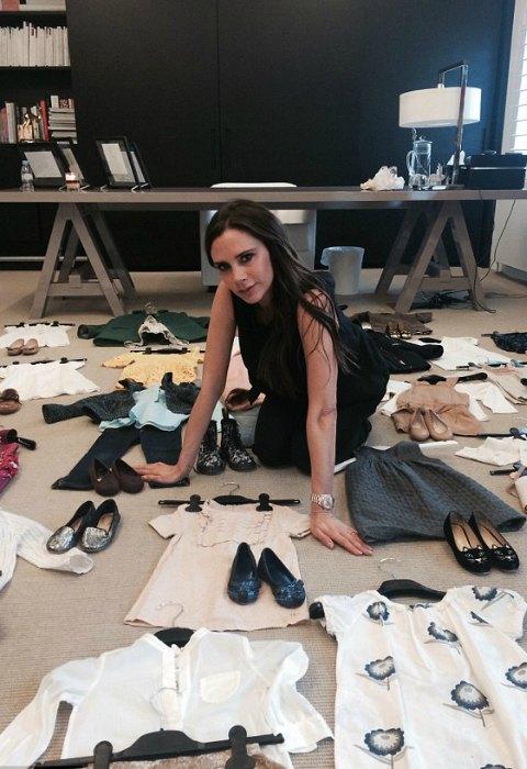 Victoria Beckham elige personalmente 25 'outfits' de Harper para donarlos a una buena causa