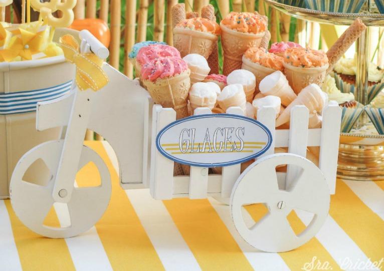 y estas golosinas en forma de cucurucho helado con una paleta tambin de rayas pero en amarillo y blanco verano