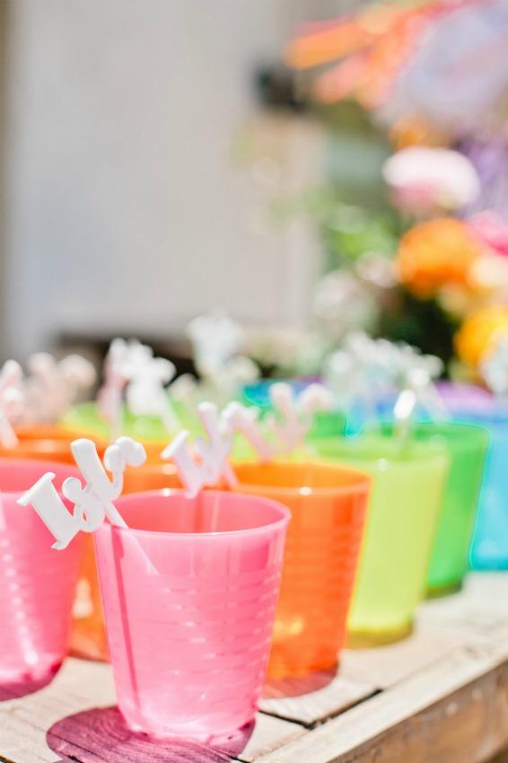 vasos de plstico de todos los colores con una cucharita