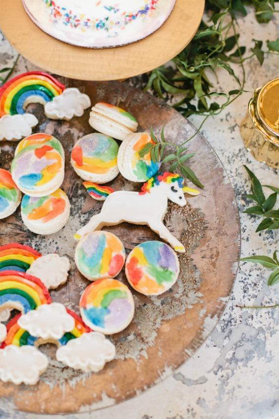 ms dulces con imaginaciny mucho color galletas y macarons en forma de arco iris y unicornios