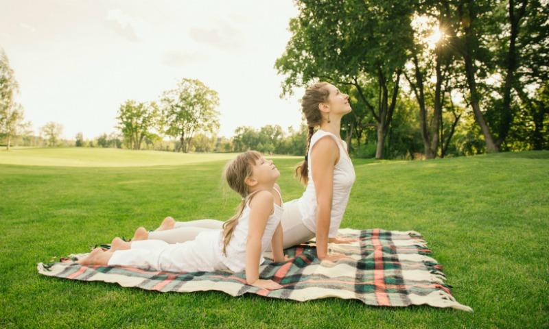 Las 'yogi moms' que están revolucionando la manera de practicar yoga con los 'peques'