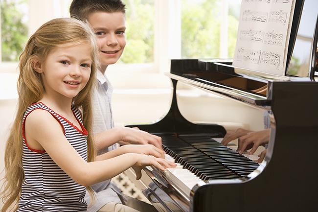 Una actividad para niños con altas capacidades es dejarlo componer canciones