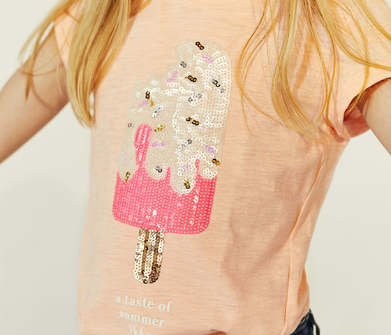 Estampadas, con bordados, con mensaje... ¡Las camisetas son para el verano!