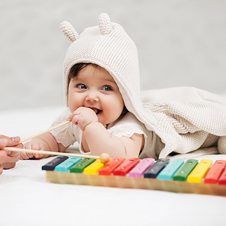 bebé jugando con un instrumento musical