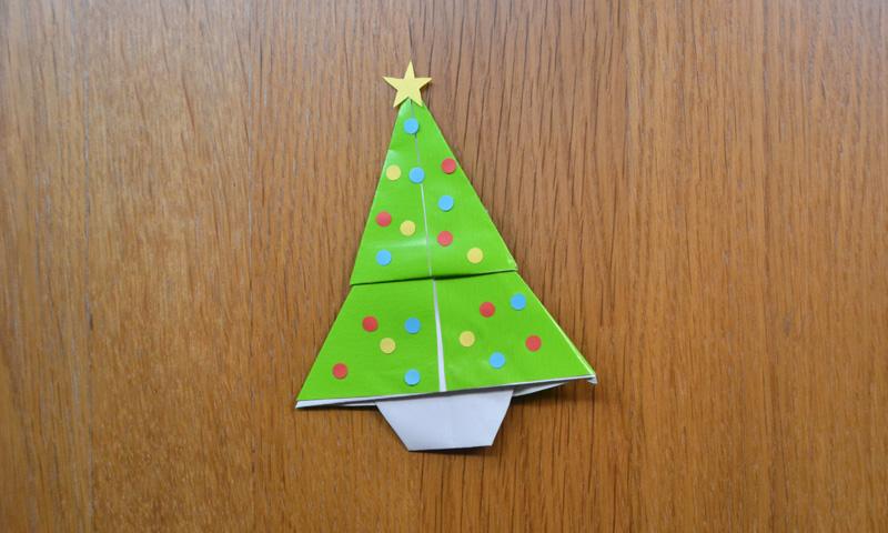 Un precioso árbol de Navidad de papel para fomentar el espíritu navideño en los niños