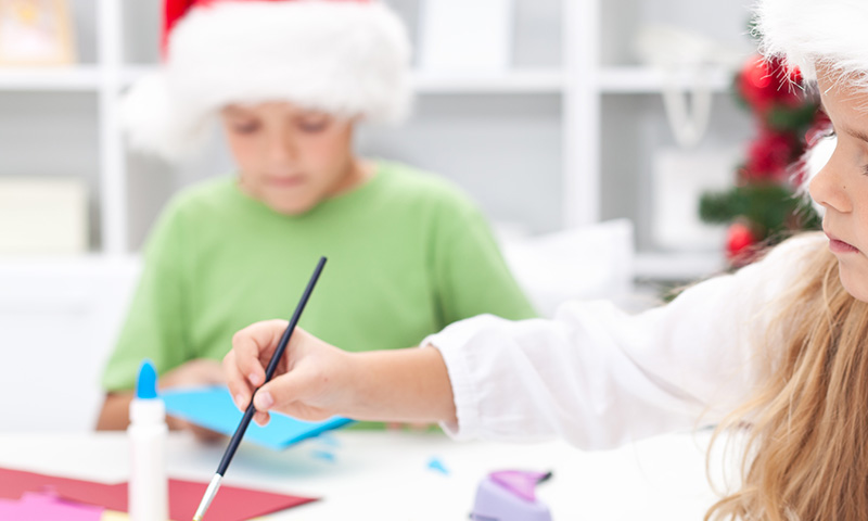 5 manualidades navideñas con materiales reciclados para realizar con tus hijos