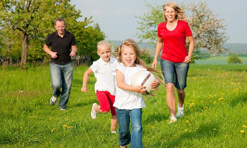 Juegos en familia para hacer ejercicio al aire libre