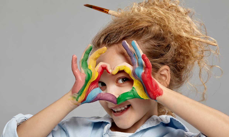 Por qué debes dejar que los niños pinten con sus manos (aunque se manchen mucho)