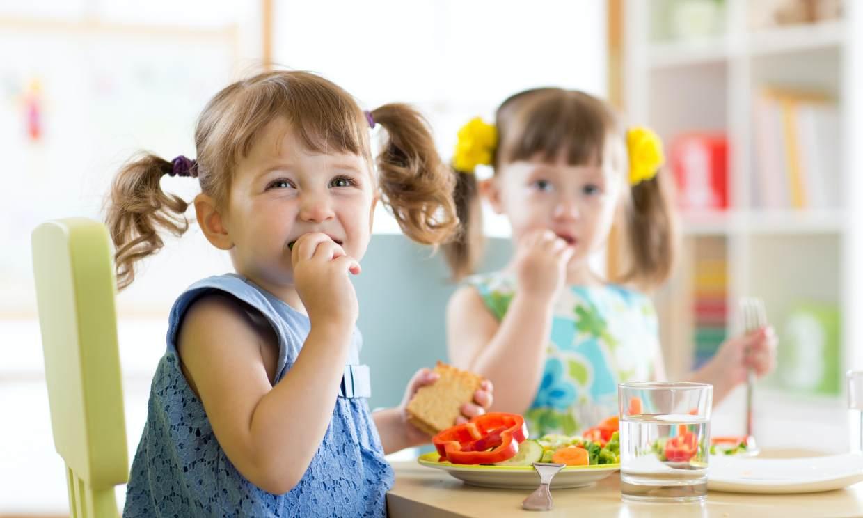 Enséñale a comer de forma saludable durante la cuarentena