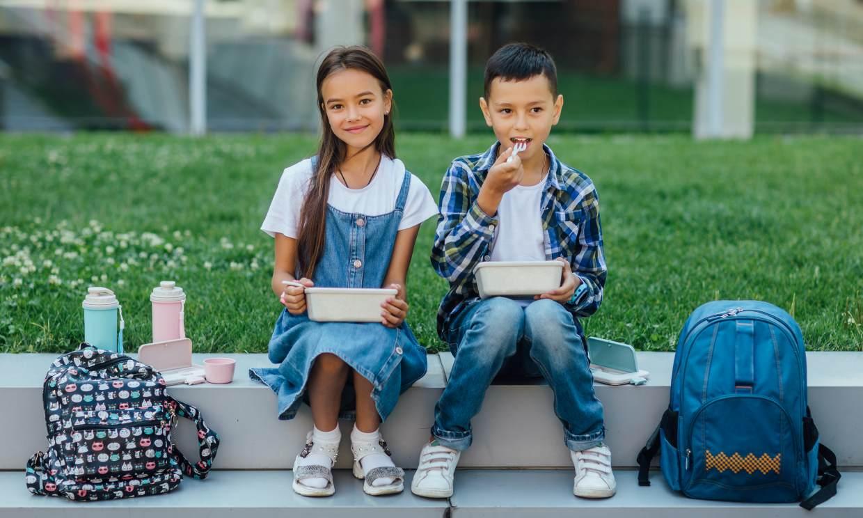 Consejos para que los niños disfruten de unos almuerzos seguros y sanos en el recreo