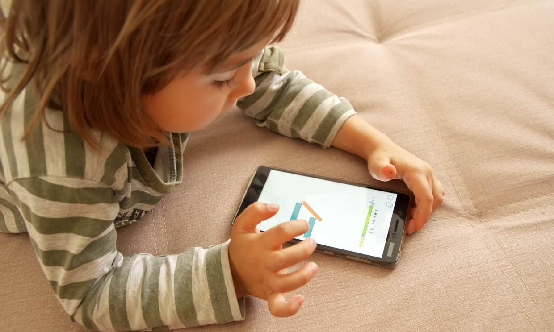 Si tu hijo vive 'pegado a la pantalla', podría estar perdiendo creatividad