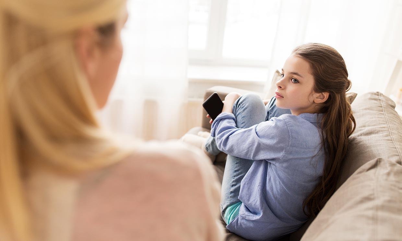 ¿Deberías revisarle el móvil a tu hijo adolescente?