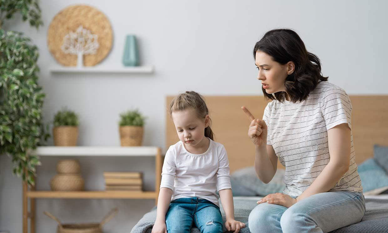 Si el niño se porta mal, ¿cómo debes actuar?