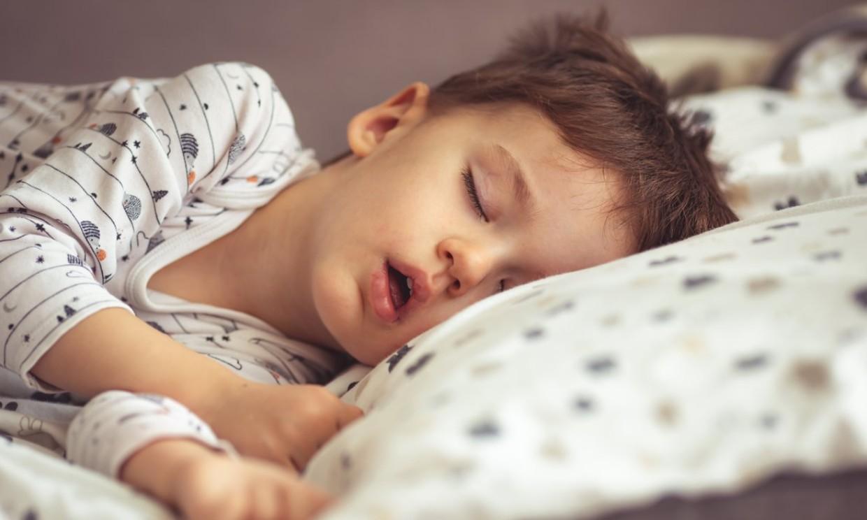 Si tu hijo ronca, puede estar sufriendo apnea del sueño infantil