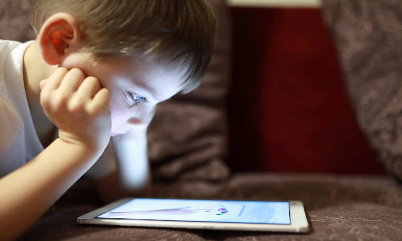 Síndrome del niño caracol: cuando la adicción a las pantallas es un problema grave