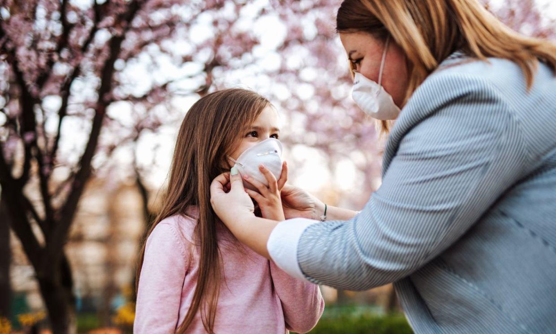 ¿Podrían las mascarillas FFP2 ayudarme a combatir la alergia primaveral de mi hijo?