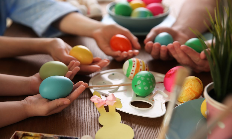 ¿Sabes cómo hacer huevos de Pascua de colores?