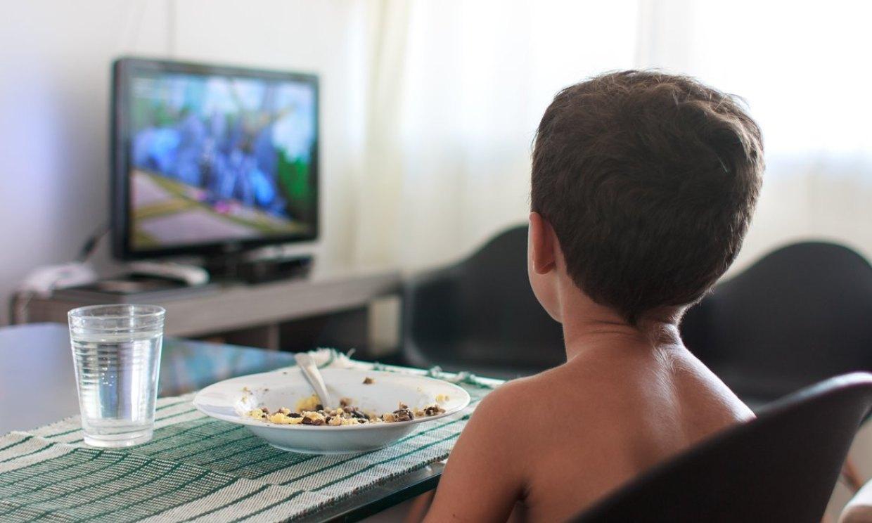 A más horas delante del televisor, niños con más posibilidades de sufrir obesidad
