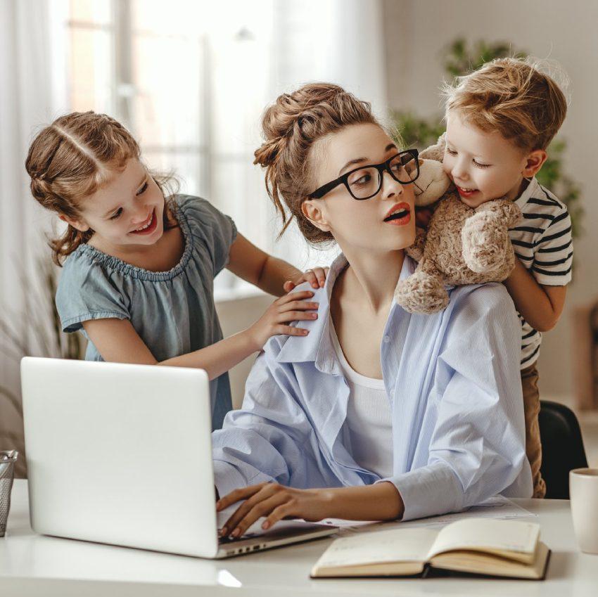 Madre trabajando con su dos hijos en casa