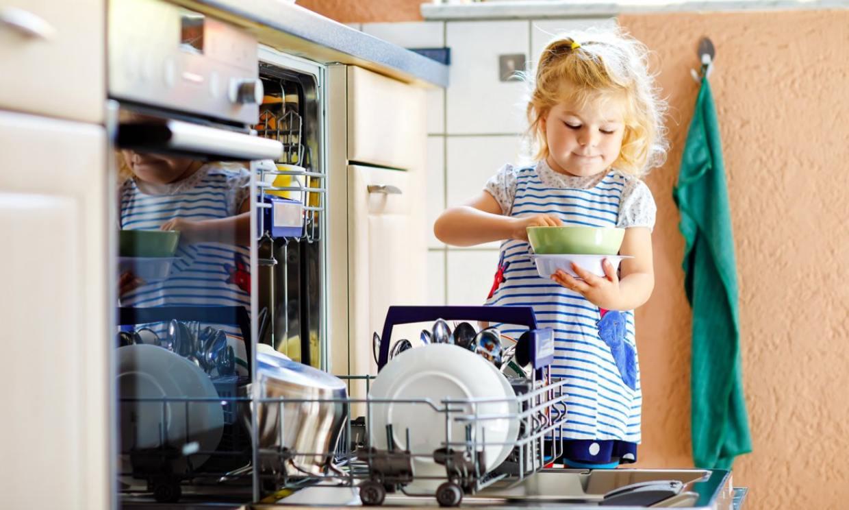 Trucos para enseñar a tus hijos que ayudar en casa es divertido
