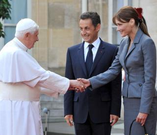 Benedicto, Sarkozy y su mujer