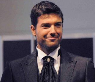 El cantante y presentador<strong> Javier Estrada</strong> se viste de - javier-estrada