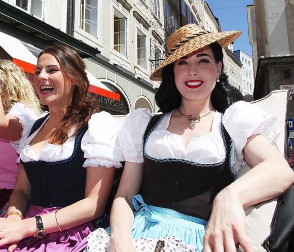 Dita von teese colapsa salzburgo luciendo el traje t pico for Tipico de francia