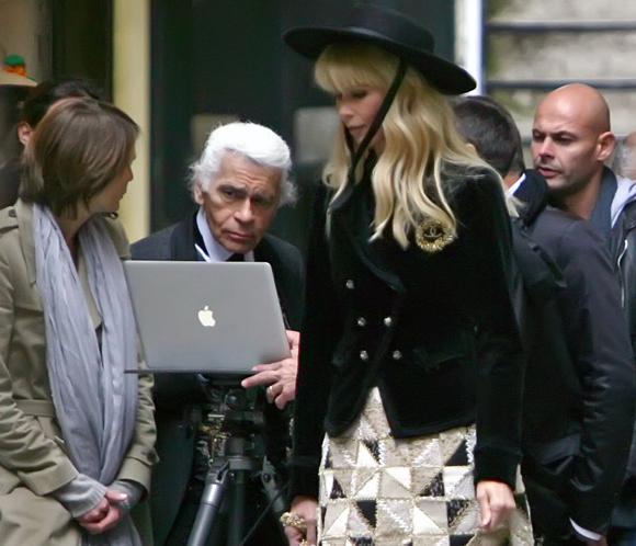 Claudia Schiffer, musa de Karl Lagerfeld para una producción de Chanel