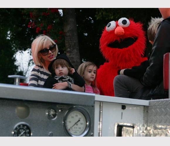 El hijo de Cristina Aguilera asustado con su regalo de cumpleaños