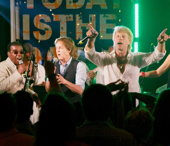 Bon Jovi y Paul McCartney entonan juntos el famoso 'Twist and Shout' por una buena causa